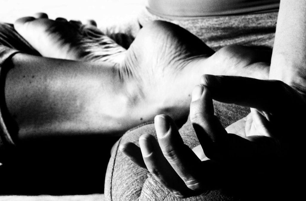 Yam Yoga - Posture du Lotus - vue noire et blanc sur les jambes