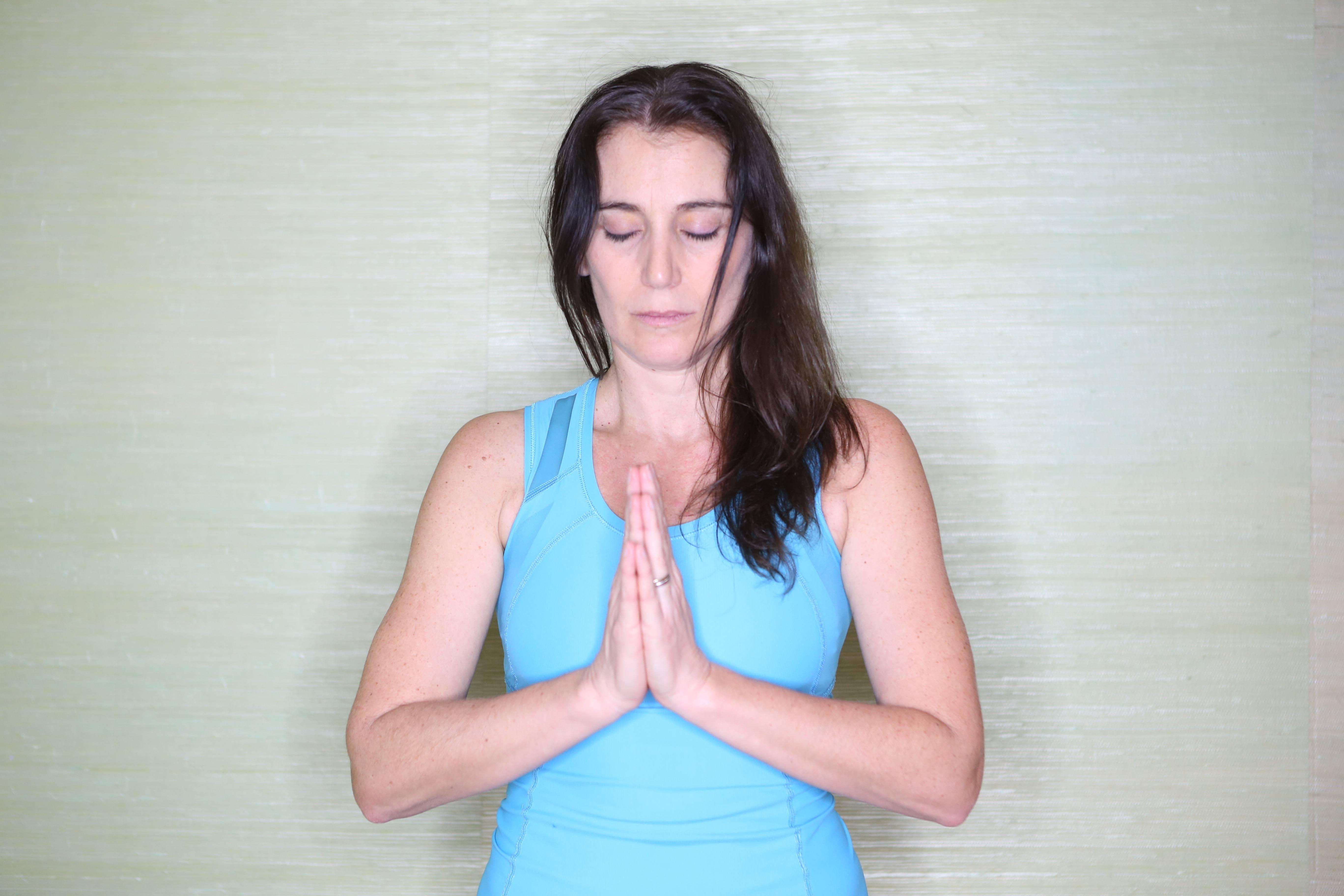 4 pratiques pour commencer une séance de yoga - YamYoga b9ac67bf51f